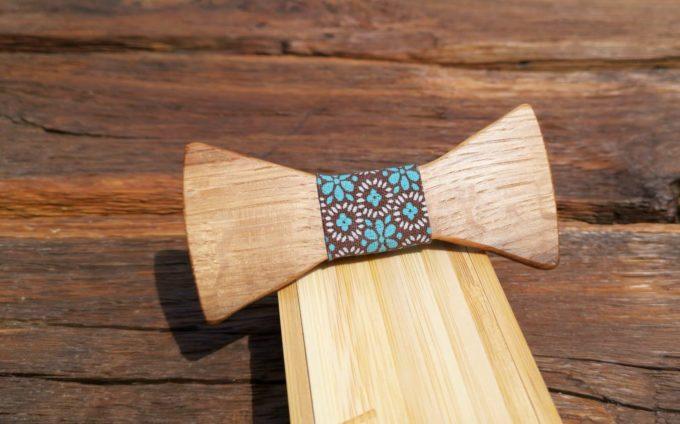 Holzfliege mit Blumenmuster auf Seidenband, türkis, weiß