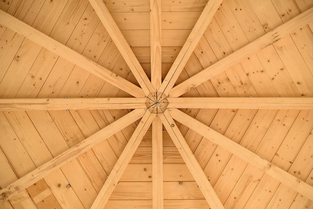 Ansicht eines Daches von einem Pavillon von unten