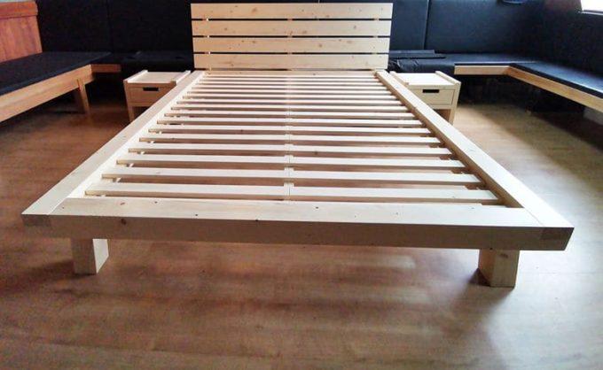 Bett aus Fichtenholz mit Lattenrost und 2 Nachtkästchen inklusive