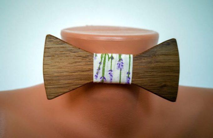 Fliege aus Holz mit Seidenband mit Lavendel Muster, auf Puppe angebracht