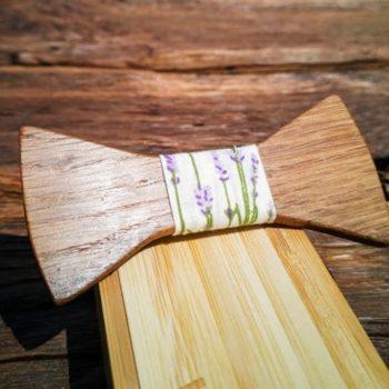 Fliege aus Holz mit Seidenband mit Lavendelmuster, auf Holzkiste als Verpackung liegend