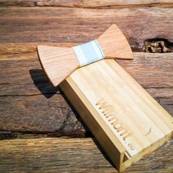 Fliege aus Holz mit Seidenband blau weiß gestreift, auf Holzschachtel liegend