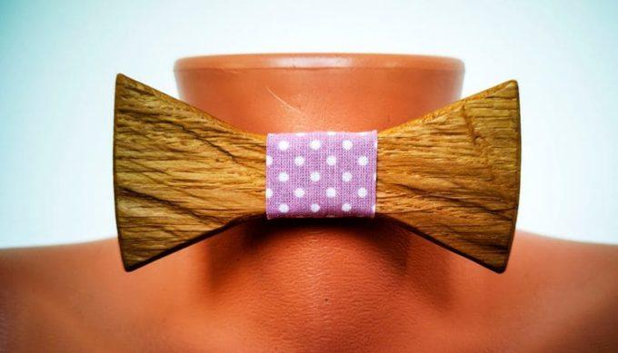 Fliege aus Holz mit Band aus Seide, violett und gepunktet