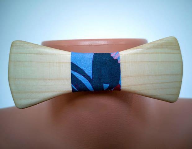 Fliege aus Holz mit Seidenband, blau gemustert. Auf Puppe angebracht zur Präsentation