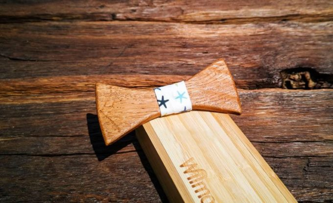 Holzfliege mit Seidenband in Sternenmuster mit Holzkiste