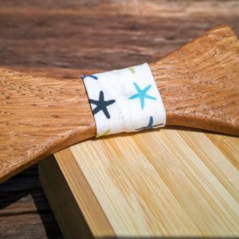 Holzfliege mit Seidenband in Sternenmuster