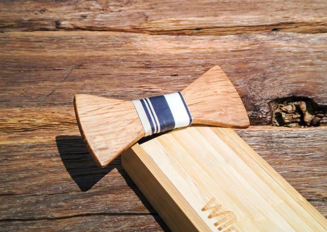 Fliege aus Holz mit Seidenband schwarz-weiß gestreift auf Holzbox