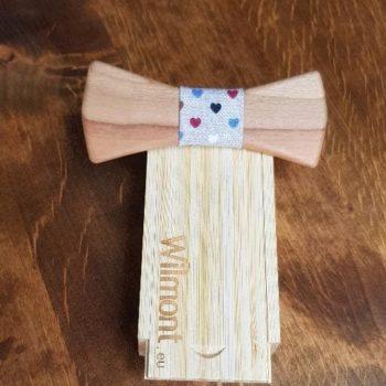 Holzfliege zum Verkauf mit Seidenband mit Herzmuster