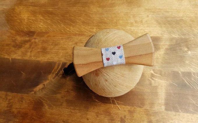 Holzfliege für den Verkauf mit Seidenband mit Herzen