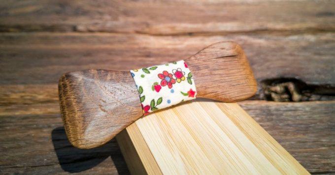Holzfliege mit Seidenband in Blumenmuster