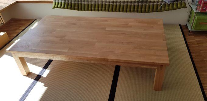 Japanischer Tisch, auch genannt Kotatsu, Seitenansicht, in einem Esszimmer