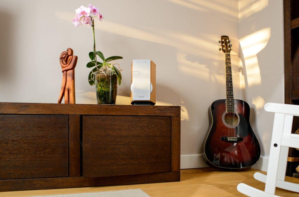 Kommode aus Massivholz in Wohnzimmer