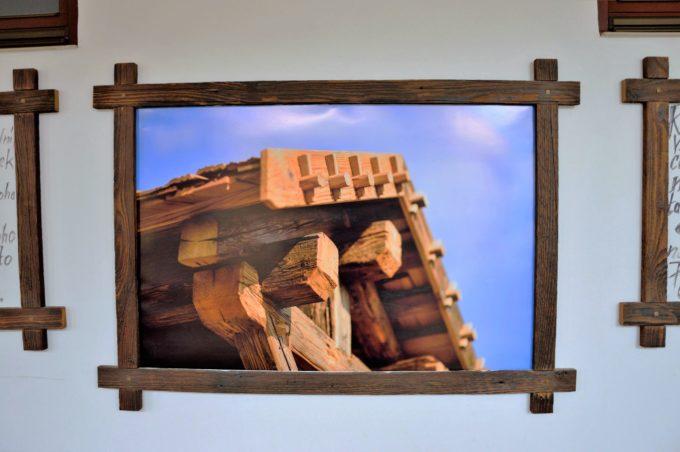 Bilderrahmen aus Altholz mit Holzdach im Bild