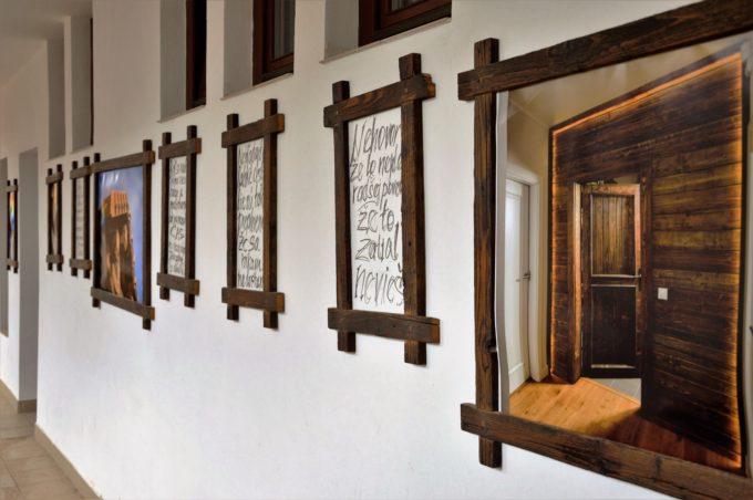 Mehrere Altholz Bilderrahmen an der Wand
