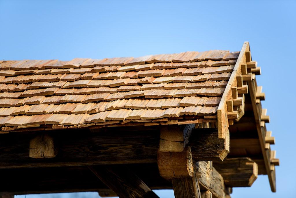 Terrassenüberdachung und Vordach in Telfs mit Altholz
