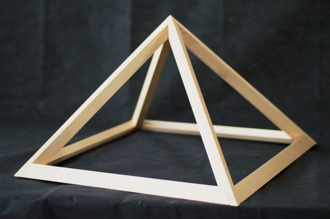 Energiepyramide mit schwarzem Hintergrund