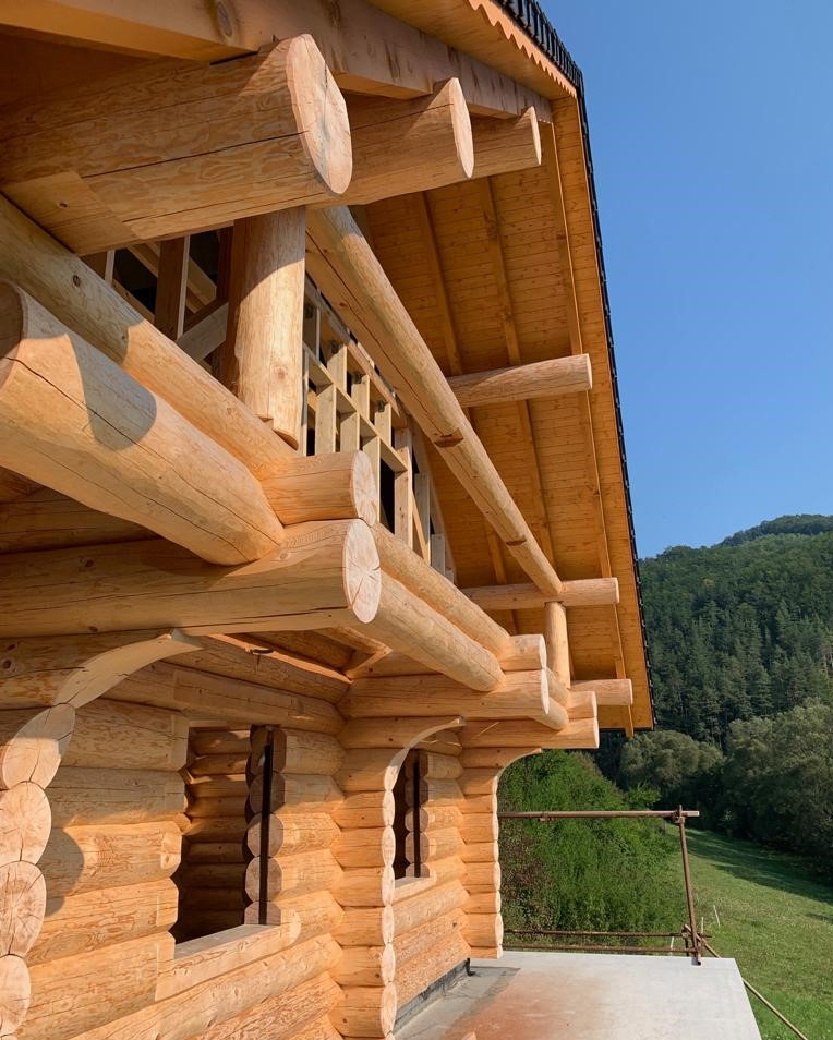 Holzbau eines Massivholzhauses in Tirol mit Wald im Hintergrund