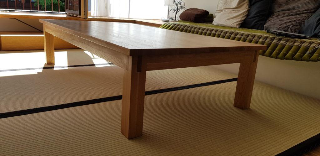 Japanischer Eichenholztisch auf Tatamimatten in Innsbruck in Tirol