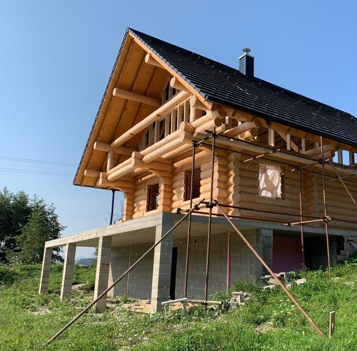 Holzbau in Telfs in Tirol mit Massivholz auf Grundstück mit Wiese