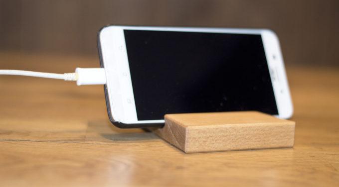 Smartphoneständer auf Tisch mit Iphone