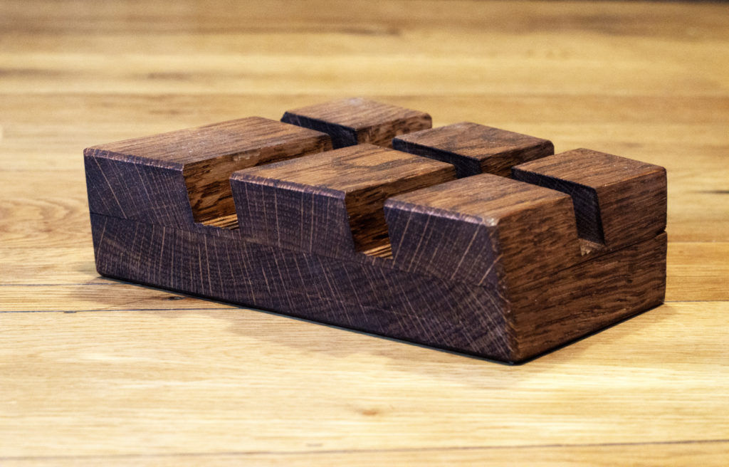 Tablethalterung aus Altholz auf Tisch