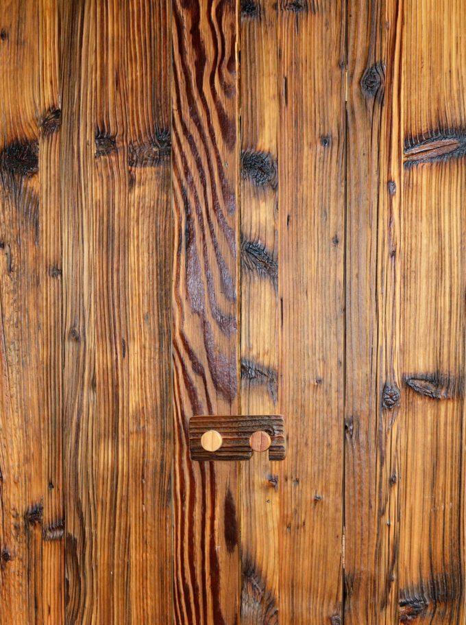 Weinschrank aus Altholz gebürstet und geölt, Ansicht von vorne und geschlossen