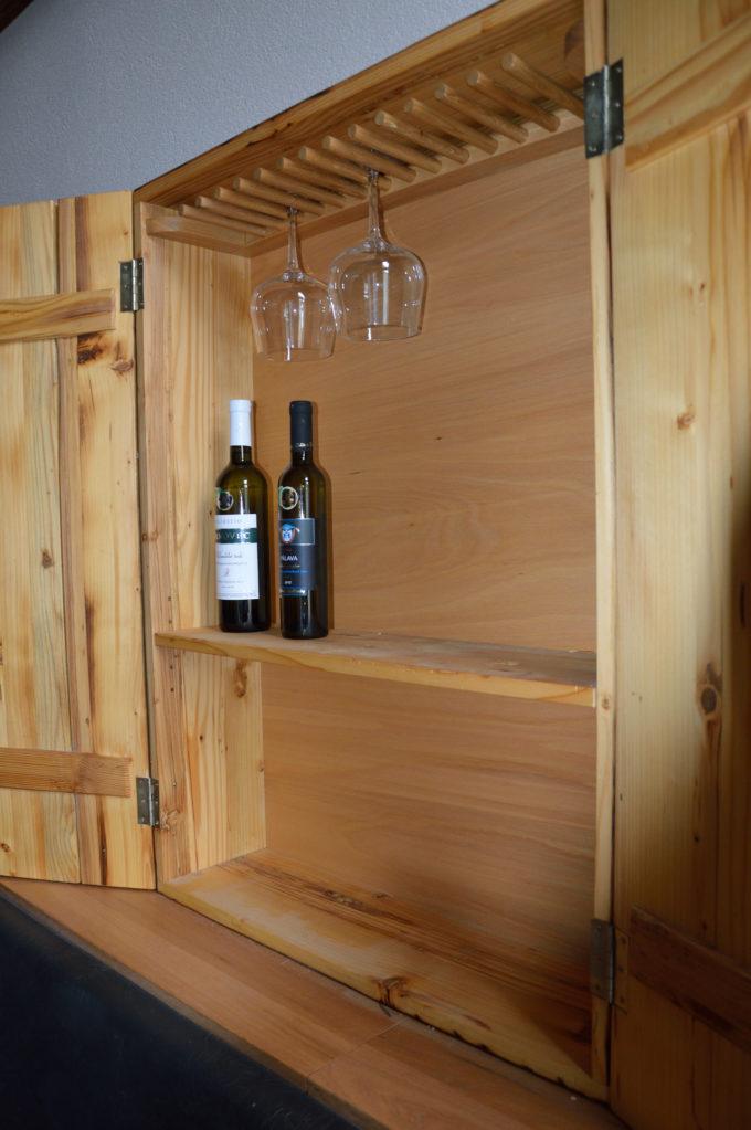 Weinschrank Ansicht von innen mit 2 Flaschen Wein und 2 Gläsern