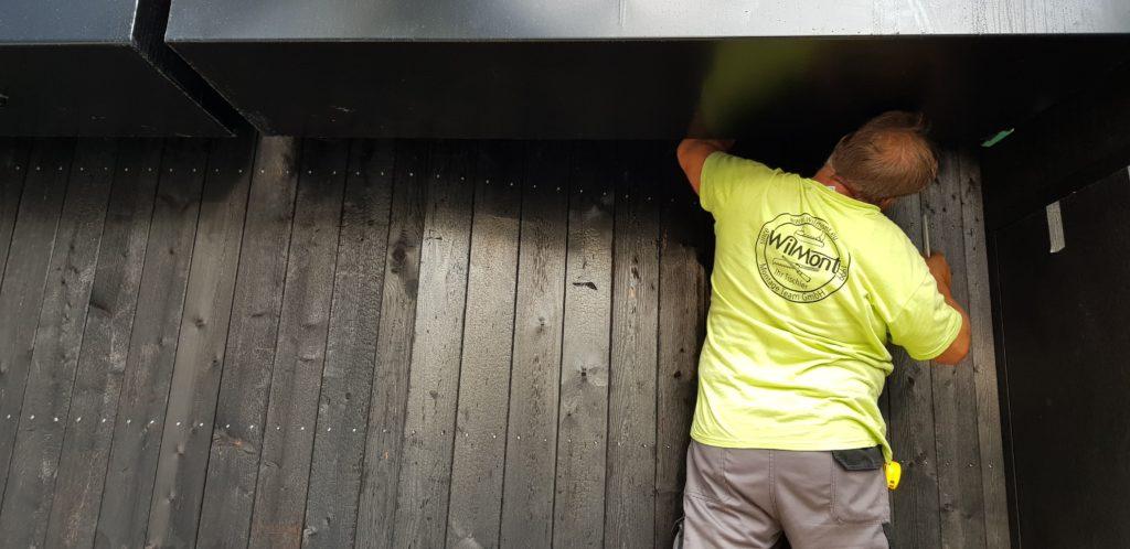 Arbeiter der Wilmont GmbH Zimmerei Telfs bei der Yakisugi Fassade Montage