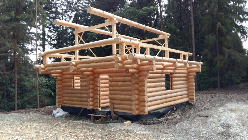 Holzbau in Telfs in Tirol. Haus wird gebaut