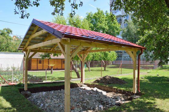 Holzpavillon mit rotem Dach im Garten