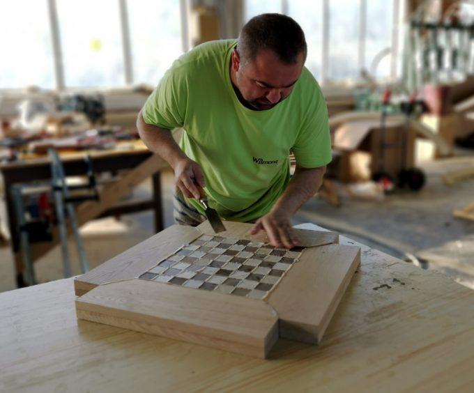 Tischlermeister beim Bearbeiten vom Schachtisch