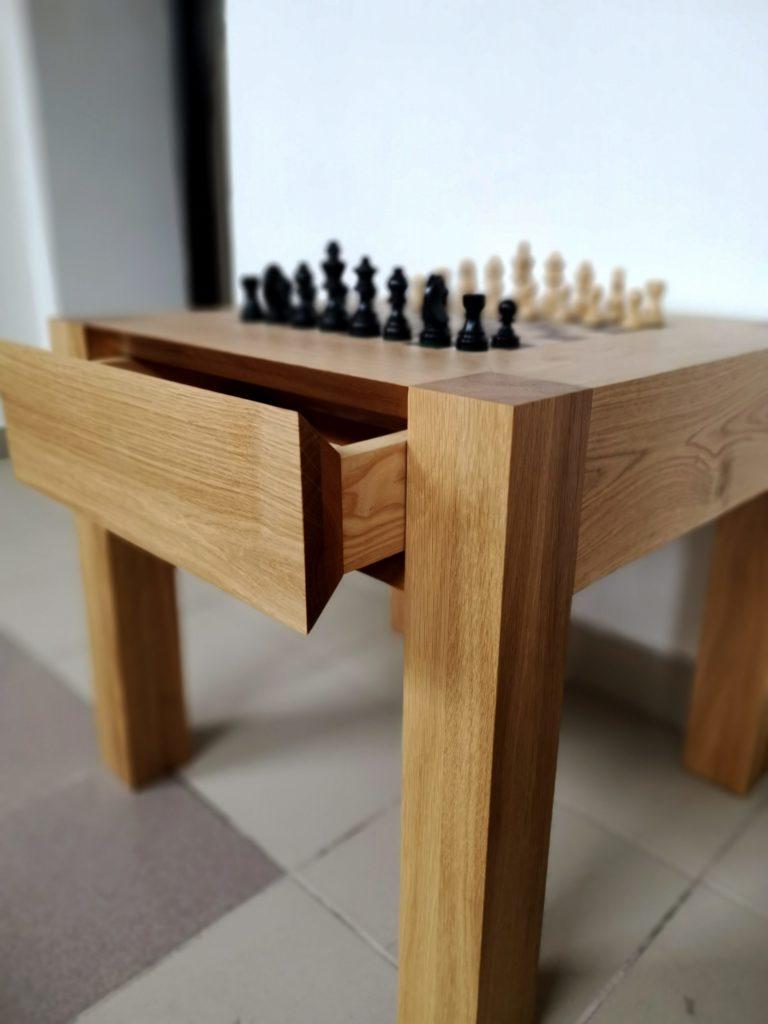 Schachtisch mit Schachfiguren und Schublade offen in Raum