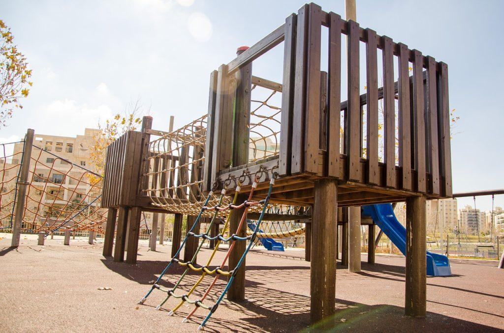 Kinderspielplatz mit Rutsche und Kletterseilen