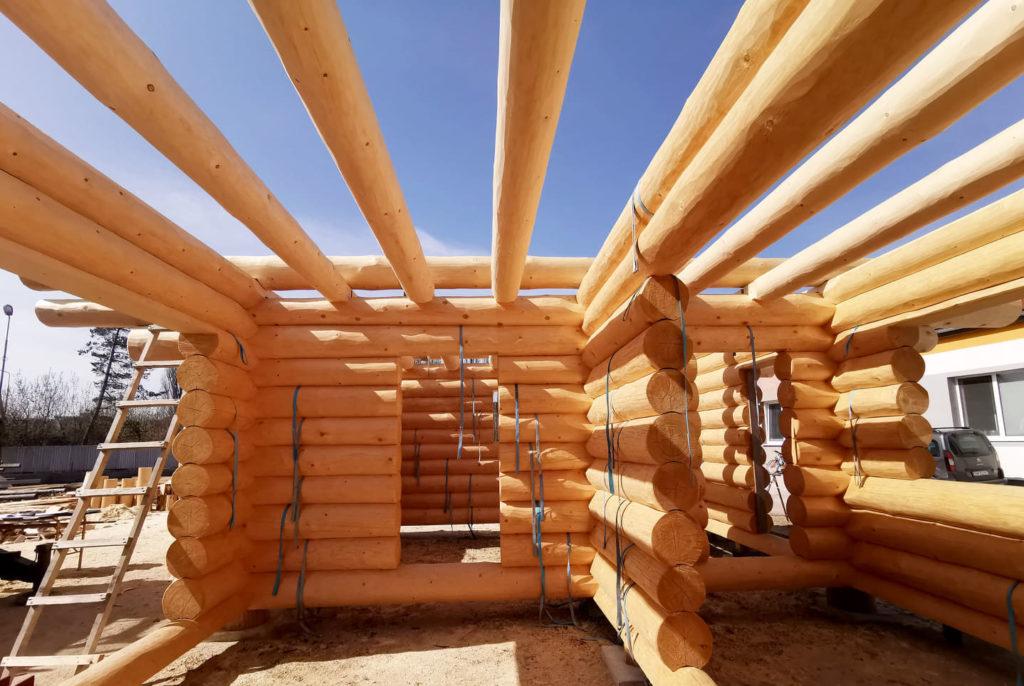 Innenansicht von einem Blockhaus in der Bauphase in Tirol beim Holzbau