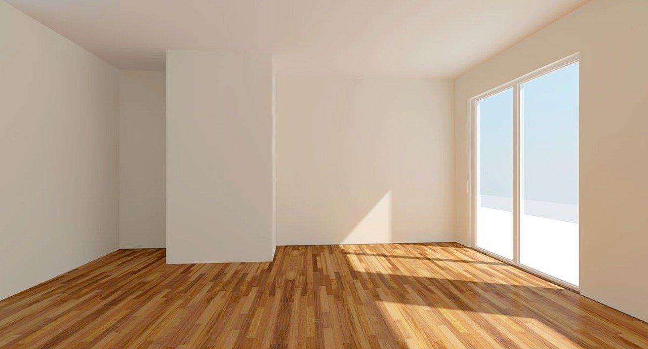 Sanierte Wohnung in Tirol nach der Wohnungssanierung. Holzboden und weiße Mauern