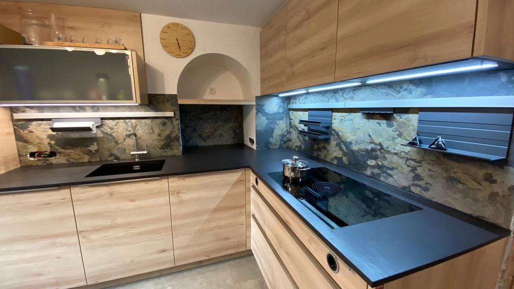 Küchenmontage Innsbruck mit Steinplatte Arbeitsplatte und Küchenrückwand Stein