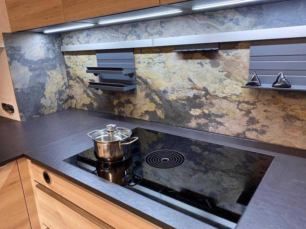 Küchenmontage Innsbruck mit Natursteinplatte und Kochfeld