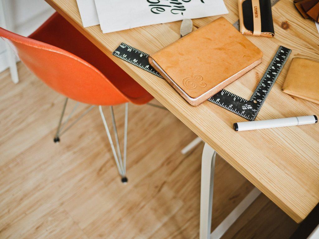 Bürotisch im modernen Büro