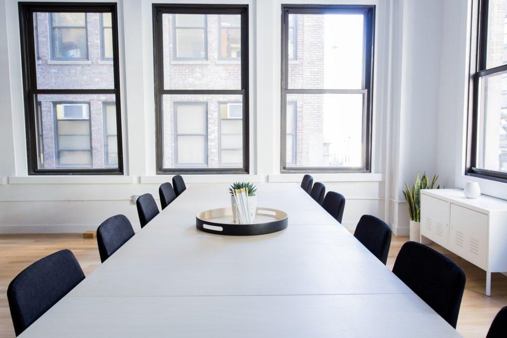 Büroeinrichtung mit großem Tisch und Stühlen